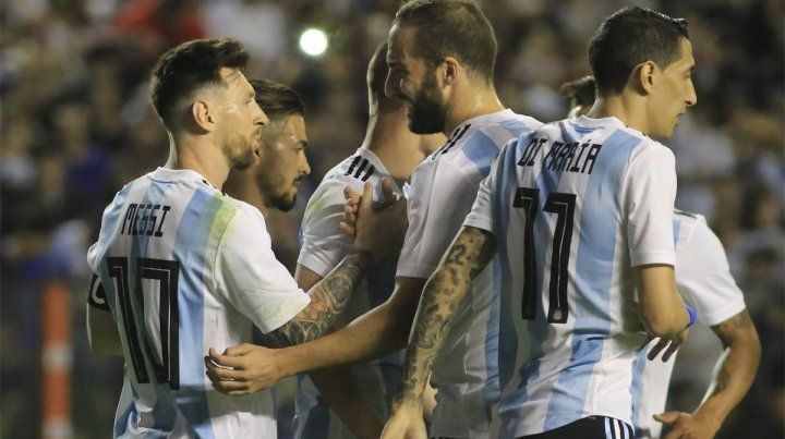 Festejo. La celebración de Messi junto a Higuaín