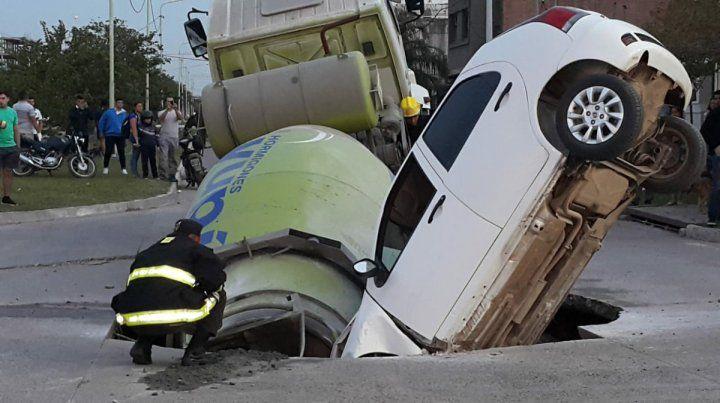 Impactantante. Un auto y un camión quedaron incrustados en el pozo en plena calle.