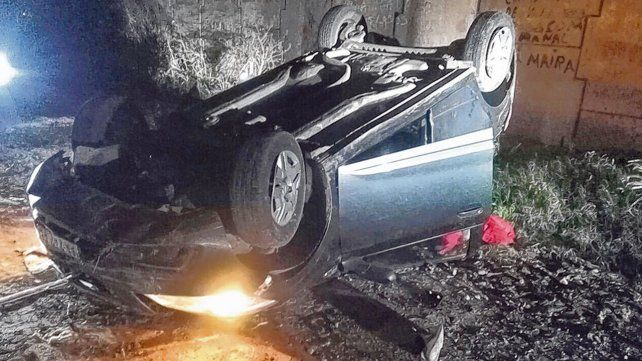 Dado vuelta. El auto en el que iban los ladrones fue seguido por la policía y terminó tumbando en Villa G. Gálvez.