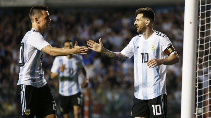 Sociedad rosarina. Leo Messi celebra con Lo Celso y Di María se une a festejar.