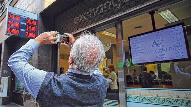 Demanda. La presión por dolarizarse mueve el precio de la divisa en el mercado cambiario argentino.