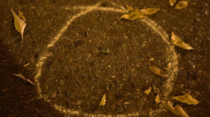 Se encontraron vainas de siete proyectiles que impactaron anoche en el frente de la vivienda ubicada en Italia al 2100.