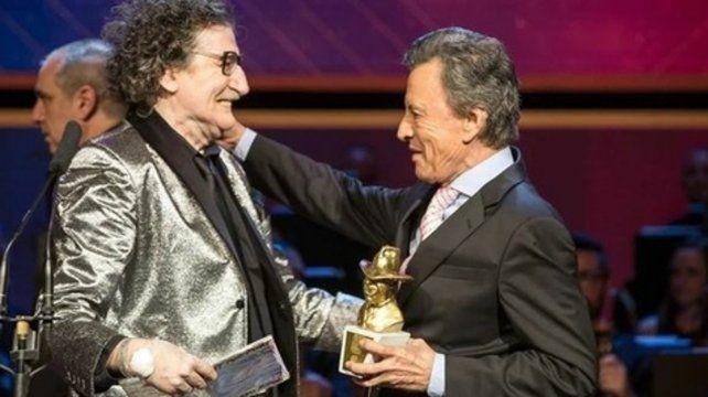 Merecido. García recibió de Palito el Gardel de Oro en el cierre de la gala.