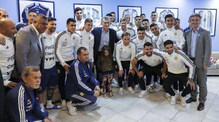 La despedida. El presidente Macri visitó al plantel argentino antes de su partida.
