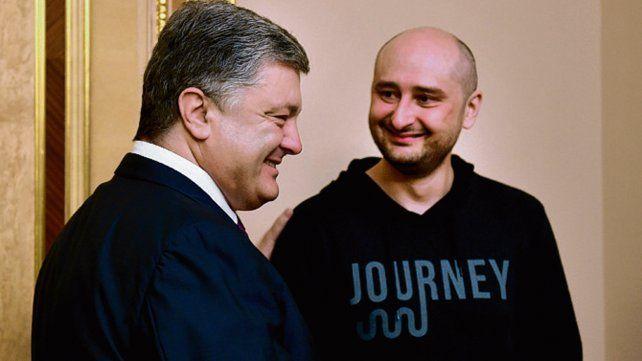 Regresó de la muerte. El periodista (der) junto al presidente ucraniano.