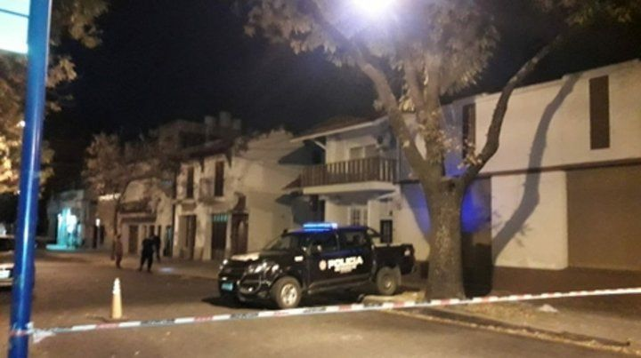 Calle cortada. Los peritos de la PDI y agentes de la comisaría 5ª buscaron rastros en toda la cuadra.