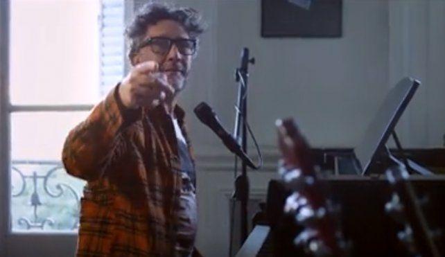 El cierre. Fito Páez concluye el videoclip tocando el piano con la canción de su autoría.