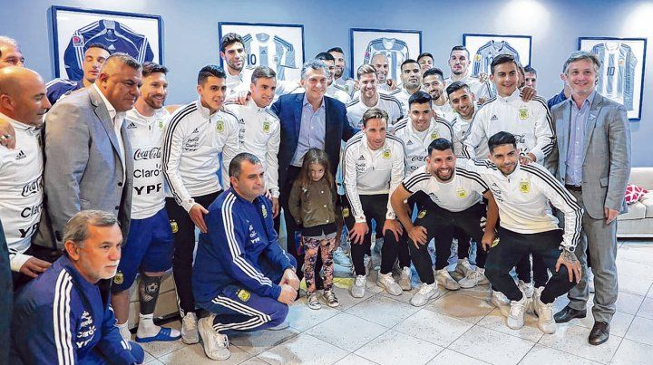 En foco. Los futbolistas argentinos posan con el presidente Mauricio Macri en medio de ellos. Fue lo último que hizo el equipo de Jorge Sampaoli en suelo argentino.
