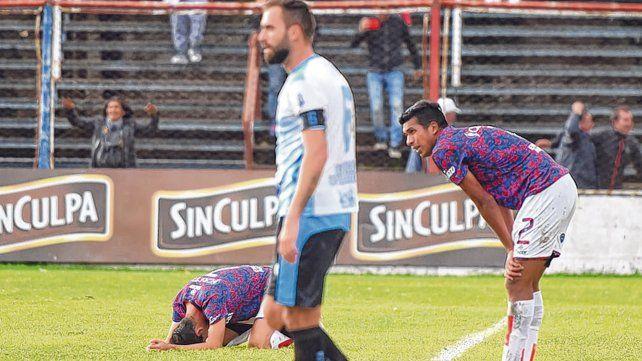 Desazón. Cristian Sánchez y Damián Ledesma no lo pueden creer. El charrúa quedó eliminado tras perder ante J. J. Urquiza.