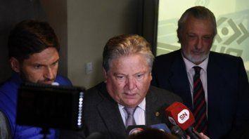 Autoridades. El vicegobernador Carlos Fascendini flanqueado por los ministros Pullaro y Silberstein.