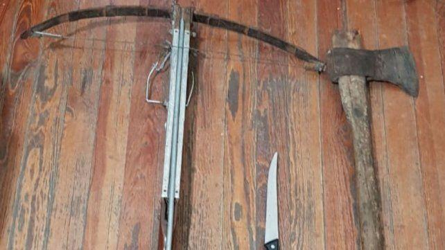 Los objetos que estaban en poder del hombre al ser detenido por amenazar a su mujer.