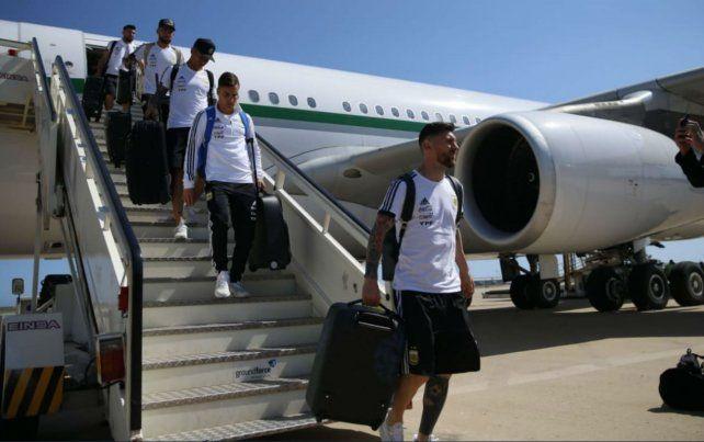 Lionel Messi desciende del avión en Barcelona.