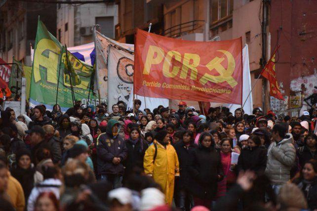 La columna de manifestantes llega a la bajada Sargento Cabral.