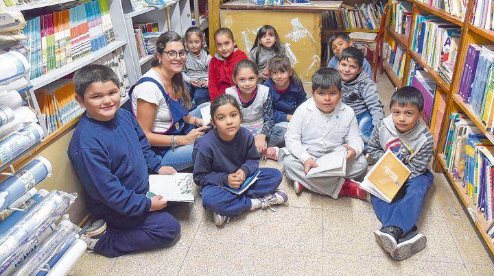 La profesora Nandí del Sol comparte un grupo de 2º grado de la Escuela 632 de Rosario un momento de lectura.