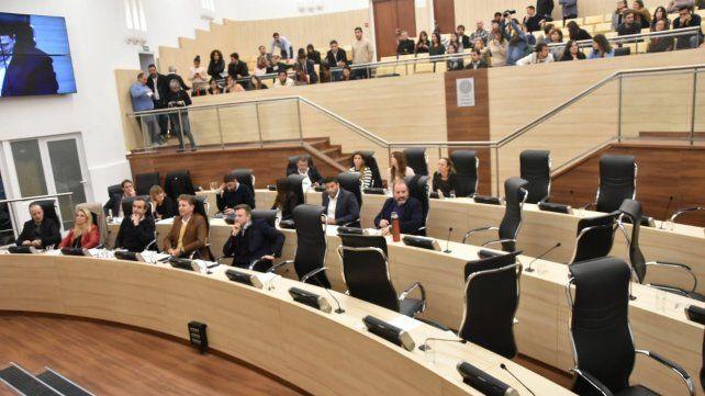 Aliados. Los concejales del Frente Progresista y de Cambiemos quedaron solos ayer en el recinto al momento de votar más facultades para la intendenta.