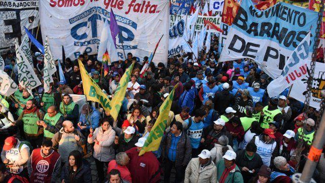 El frío y la llovizna no menguó el ánimo combativo de los manifestantes.