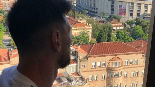 En su casa. Messi mira desde la habitación del hotel hacia la ciudad que lo cobija habitualmente. Mucha gente fue a recibirlo.