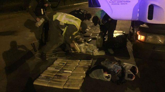 Efectivos de Gendarmería inspeccionan parte de la carga secuestrada.