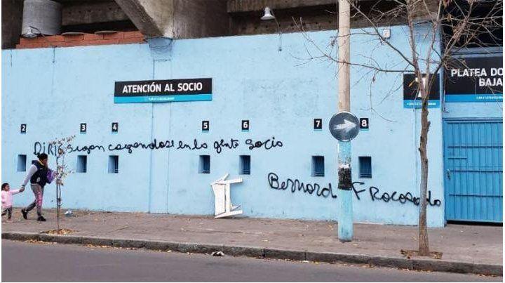 Pintadas contra Lucas Bernardi en el estadio de Belgrano