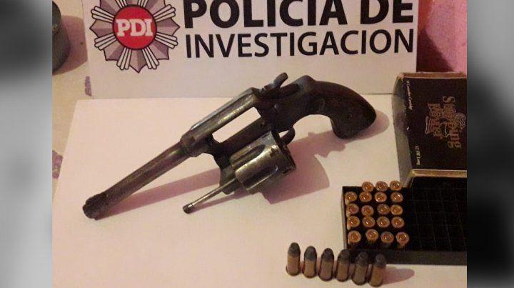 La policía secuestró un revolver y una caja con municiones en el domicilio allanado.