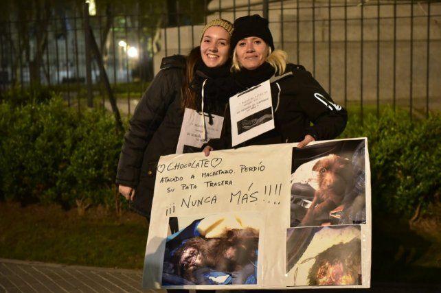 Rosario le hizo frente al frío y se manifestó en contra del maltrato animal