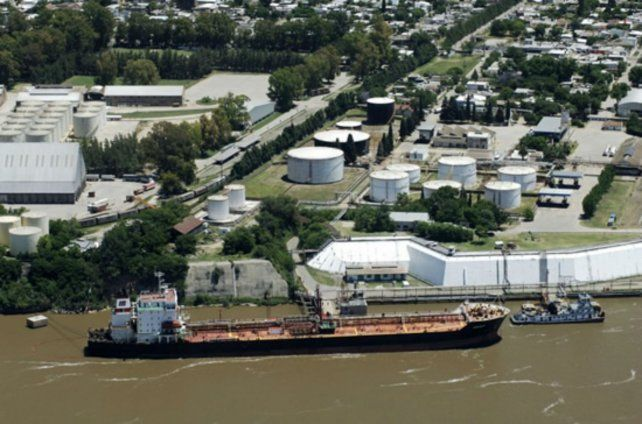 La emblemática refinería de San Lorenzo entró en una nueva etapa. Están en juego más de 300 empleos.