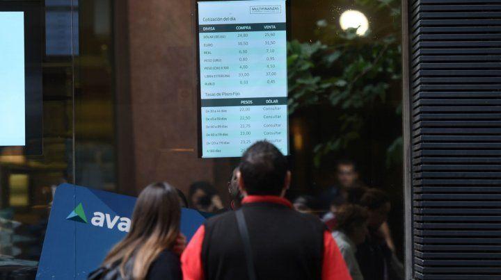 Inquietud. La fiebre dolarizadora mantiene agitado el mercado.