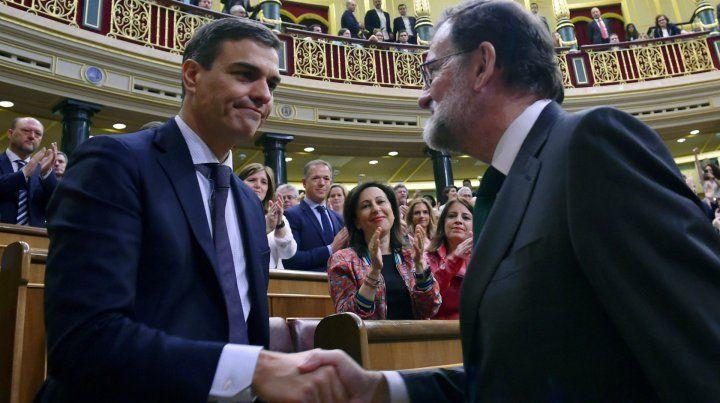 Apretón de mano. Rajoy felicita a Sánchez tras reconocer su derrota ante el Congreso de los Diputados.