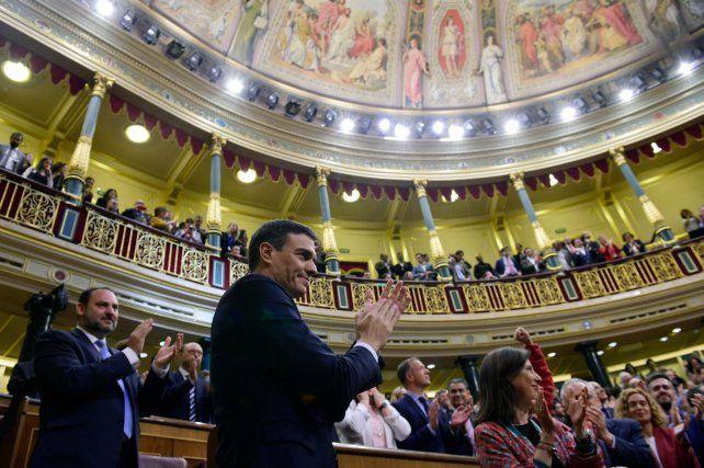 Triunfo político. El líder del PSOE celebra el resultado de la votación parlamentaria para destituir a Rajoy.