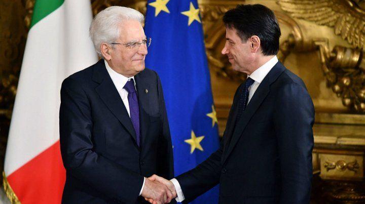 Aprobación. El presidente Sergio Matarella saluda al flamante premier tras la juramentación.