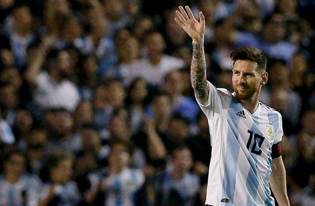 Lionel Messi saluda al público tras la goleada de despedida en la Bombonera.