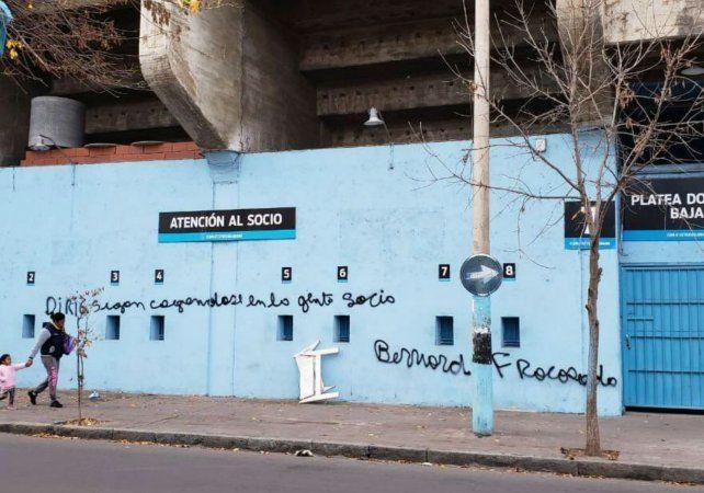 Pintadas alusivas en señal de descontento por la llegada del DT rosarino.
