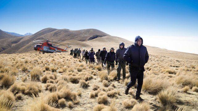 A salvo. Pasajeros y tripulantes al momento de ser rescatados ayer al mediodía en la zona de los cerros del Aconquija