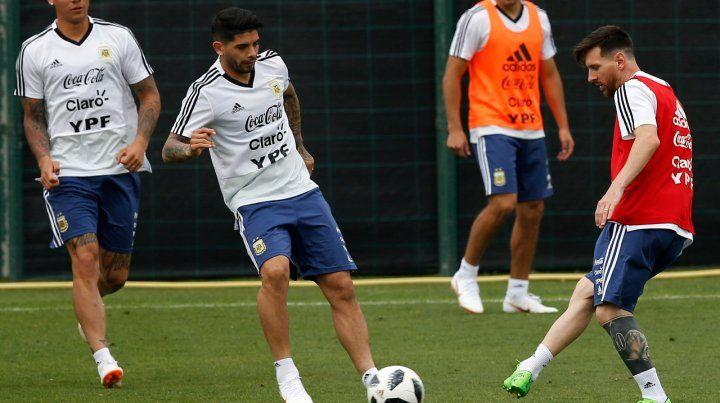 De primera. Messi toca con categoría el balón ante la marca de Ever Banega.