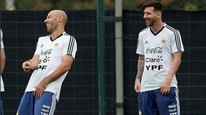 La Pulga se divierte con Mascherano en la práctica en Barcelona.