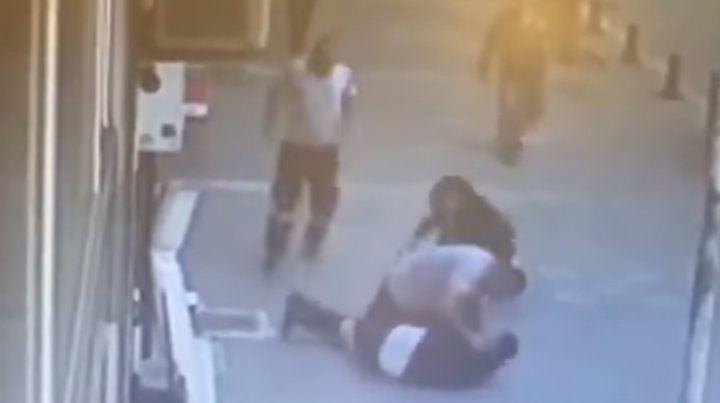 El video del momento en que un hombre defiende a una mujer que era golpeada en plena calle