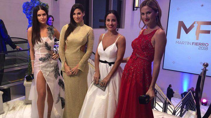 Ivana Nadal y Lourdes Sánchez con las conductoras de la alfombra roja Zaira Nara y Paula Chaves.