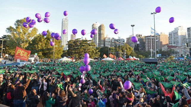 Marea de pañuelos. Una multitud protagonizó una tarde de encendidos reclamos en el parque Nacional a la Bandera.