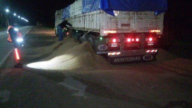 El camionero debió dejar el exceso de carga para poder seguir.