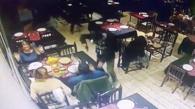 Cuarto asalto en el año en un clásico restaurante de Alberdi, ahora a punta de pistola