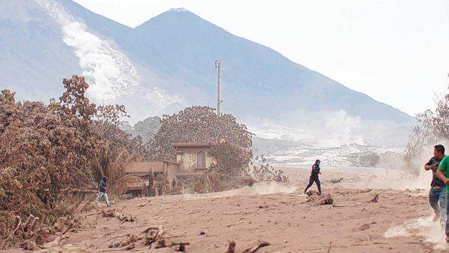 Volcán de fuego. Habitantes de los poblados cercanos huyen de la lava hirviente y la lluvia de rocas y cenizas.