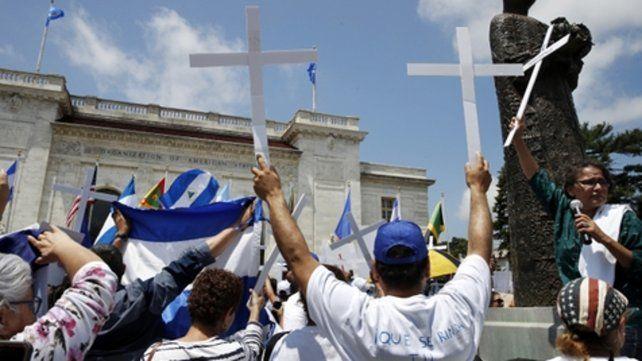 Nicaragüenses levantan cruces en protesta contra personas asesinadas durante una protesta.