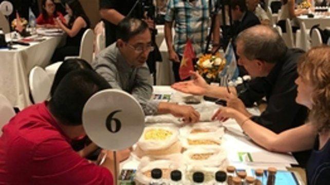 Productos. Empresarios asiáticos y santafesinos intercambian sus productos en Vietnam.