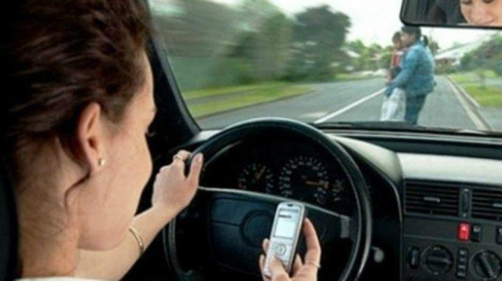 En falta. Conducir y utilizar el celular puede derivar en un accidente.