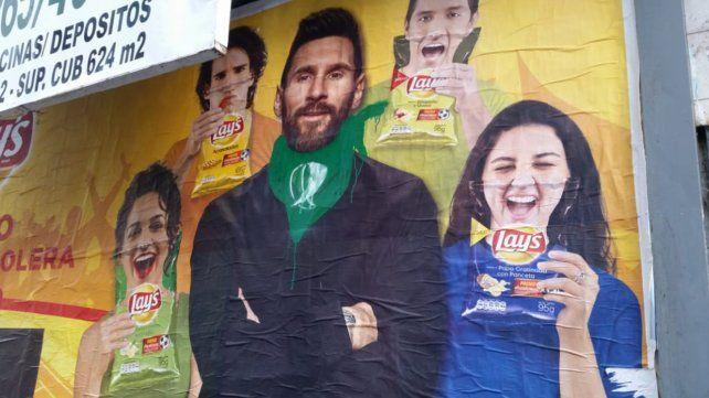 Messi aparece con el pañuelo verde que rodea su cuello y representa el apoyo a la legalización del aborto.