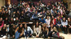 Enseñan a debatir y hablar en público a jóvenes de Rosario