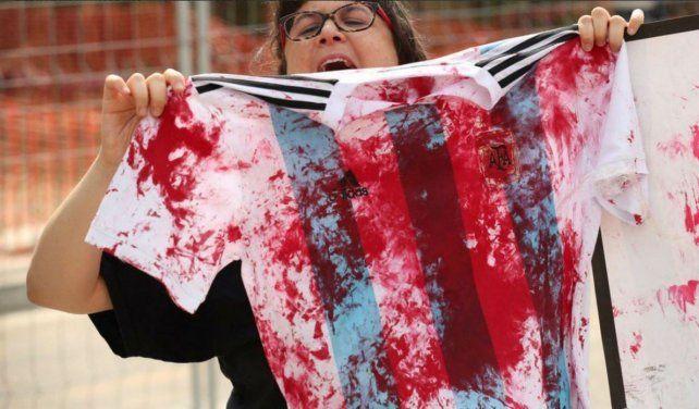 Los manifestantes pro palestinos exhibieron remeras de Argentina ensangrentadas.