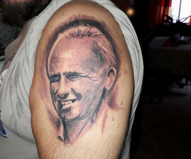 <b>En la piel.</b> Un militante peronista se tatuó la cara del intendente Carlos De Grandis.