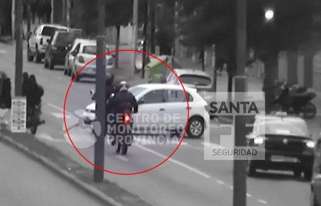 El momento del impacto. El policía sufrió heridas y los delincuentes fueron arrestados.