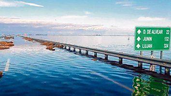 Paso anegado. A la altura de la laguna La Picasa el corte obliga a los docentes a hacer y pagar un largo recorrido.